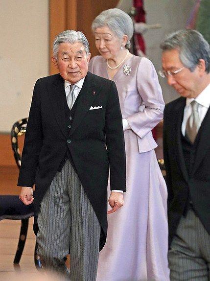 信子さまのドレスは下にロングスカートを履くとロングドレス、履かないと普通のワンピースのようになるデザインに見えます。承子さまのボルドー色のドレスは雅子(サマ)に