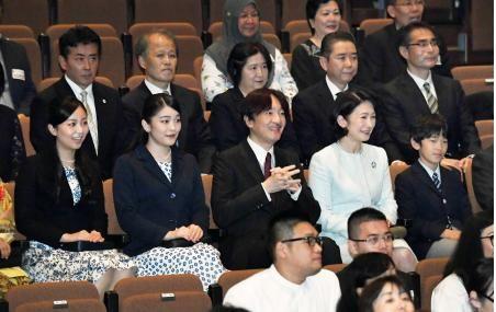 珍しく、黒田清子さん夫妻のよい写真がアップされていました。 若い時はブーでしたが、年齢を重ねて素敵な奥様になられたようです。