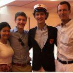 デンマークのニコライ王子の高校卒業式にて2人の母の間で心中複雑そう。