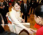 眞子さまボリビア移住120周年記念式典に出席 振り袖と和ティストのぼかしのワンピース