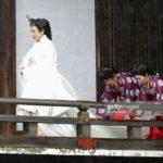 天皇皇后両陛下 賢所大前の儀 白い束帯姿と十二単姿で*皇居へ向かう天皇皇后両陛下