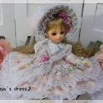 ルシアンの薔薇柄ドレスと羽根や造花で飾ったボンネット