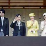 上皇夫妻新年一般参賀に出席決定!左側に立つ*天皇皇后皇族方から年末の挨拶を受け、昼食会